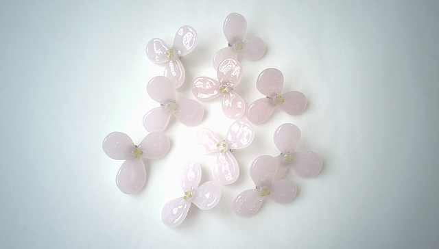 3枚花のピンブローチ(桜色)